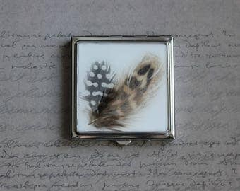 Square Pocket mirror covered with resin and 2 feathers