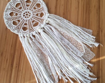 Dreamcatcher white boho wedding, using wool and lace decoration chic boho doily dream catcher