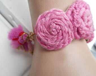 bracelet avec broderies  rose, brodé à la main