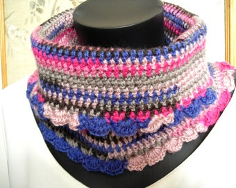Snood crocheté en laine Katia in shades of blue and pink it measures 23 cm long and 34 cm at the base.