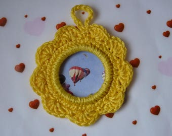 small round picture frame in crochet