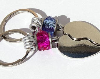 "Keychain featuring a heart in two parts and embellished with pink and blue beads: ""Les amoureux"" Mod 05"