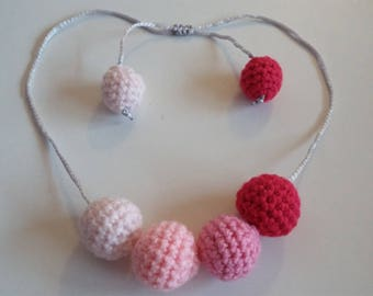 Crocheted beaded necklace: shades of pink