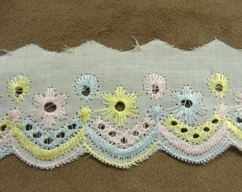 """""""Broderie anglaise"""" on white 3 cm-embroidered yellow ROSE - blue"""