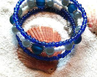 Blue memory wire bracelet, beaded bracelet, blue beaded bracelet. Sea glass beaded bracelet. Memory wire bracelet
