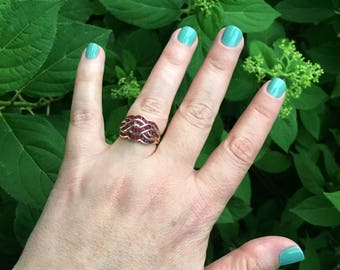 Vintage Red Spinel 10K Yellow Gold Intricate Love Knot Wave Ring Size 6 3/4 Celtic Knot Banquette and Round Ruby-Like Stones