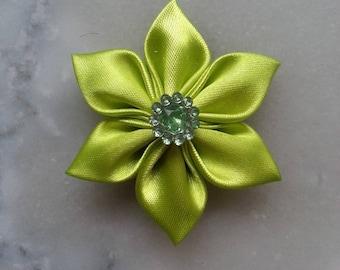 5 cm fleur de satin verte petales pointus