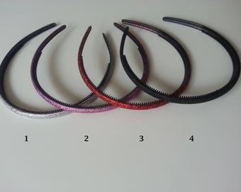 numéro 3 serre tête en plastique noir pailleté rouge