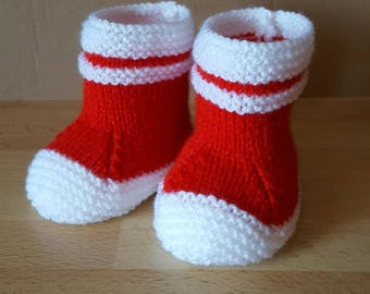 Shoes in size 0 to 3 months in white and red wool
