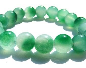 Bracelet jade composé de 18 perles de 10 mm vertes et blanches et ficelle élactic.