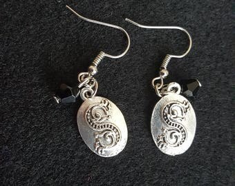 Harry Potter Salazar Slytherin locket symbol (horcrux) fishhook earrings with black glass beads.