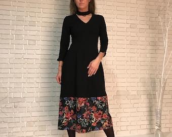 Чёрное трикотажное платье с отделкой из валенной шести  Black knitted dress with a trim of six