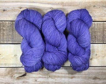 Lilac - Sock - Hand dyed skein of yarn / Laine teinte à la main - 80/20 merino superwash/nylon