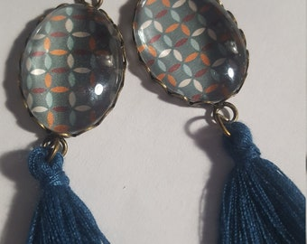 Etpompons retro-inspired glass cabochon earrings