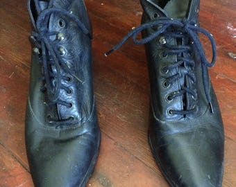 Adorable vintage black leather womens 1980's witchy/goth/hipster ankle boots.. Size 7M
