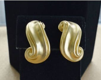 On sale Pretty Vintage Brushed Gold tone Modern Swirl Clip Earrings (I12)