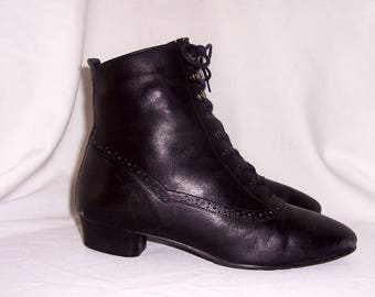 Sz 8 Vintage short black leather 1990s women low heel lace up pixie ankle boots.