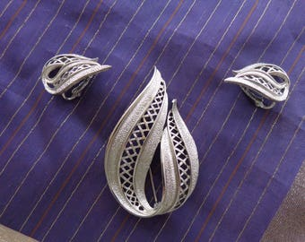 Vintage set of Silvertone Brooch and Clip On Earrings  Textured teardrop pattern with lattice work  Like new