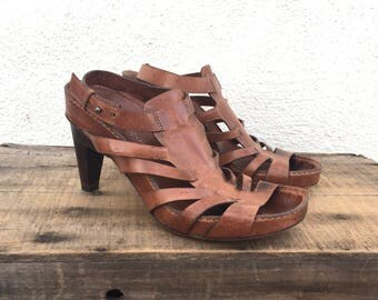 90s Costume National Sandals Strappy Gladiator Kitten Heeled Ankle Strap Italian Tan Shoes Ladies Size 6
