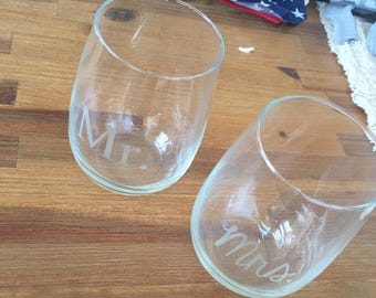 New Mr. & Mrs. Stemless Etched Wine Glasses Set // Wedding Gift