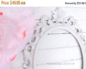 ON SALE Ornate Baroque Frame / Hollywood Regency / Matte White / Oval Frame / Paris Apartment / Wedding Frame / Photo Prop / Shabby Chic Dec