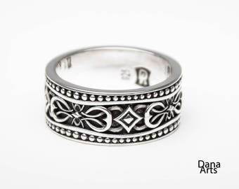 Beaded edge ring with patterned  middle in sterling silver