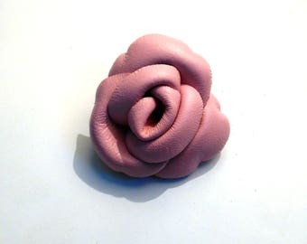 Flower brooch in powder pink calf leather
