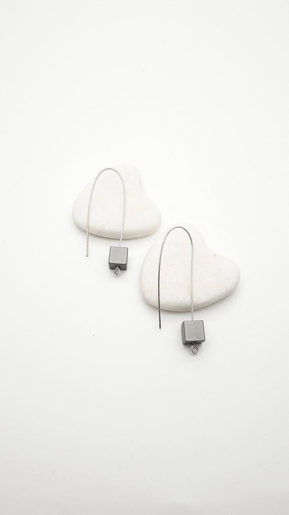 Long Silver Grey Geometric Cube Pendants Earrings//Aluminium anodized gray cube dangle earrings silver steel earwires//Modern Gray Dangle