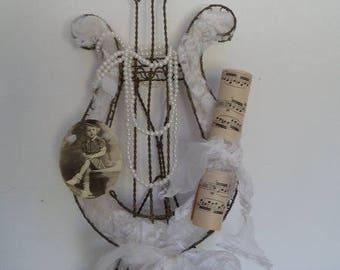 Lyre en métal torsadé et sa décoration shabby chic