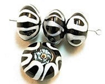 4 pieces Exclusive glass beads: Black & White, ± 11x18 mm.