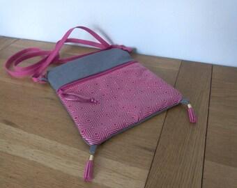 Pink shoulder bag in linen and cotton Argyle background