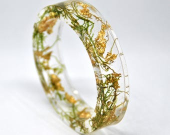 """Resin bracelet, """"enchanted forest"""". Inclusion of moss and golden leaf, bangle, nature. Green and gold. New age"""