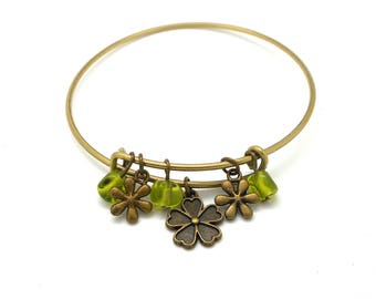 Bangle charm flowers and green glass beads