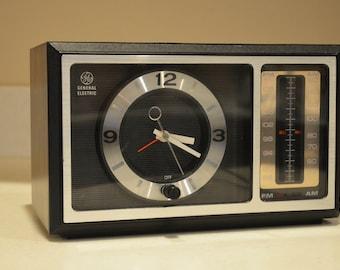 Vintage GE General Electric AM/FM Clock Radio  Model No.7-4501C