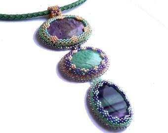 Collier mauve vert trois pierres fines, ras du cou perles brodés
