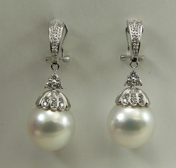 South Sea White 13.7mm Pearl Earring with 18k White Gold and Diamond 0.39ct