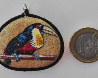 Hand painted natural stone pendant with an animal motif (tropical bird), original and unique, artisan work. Vegan product.