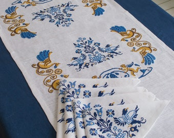 Embroidered linen table runner, linen tablecloths, six embroidered napkins, set of table linen