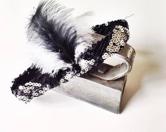 Flapper Headband with feather. Black and white accessory. Headpiece ideal for girl party 20s. Woman style Belle epoque