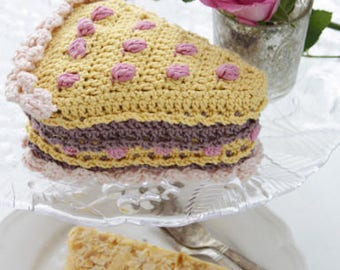 Crochet cake with cream and berries