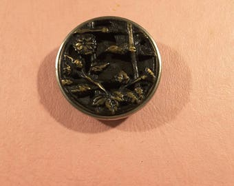 Button depicting two love birds.