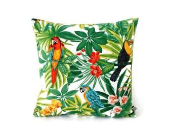 Housse de coussin 35 x 35 cm - tissu exotique imprimé tropical - motif perroquets toucans feuilles et fleurs - verso uni vert anis