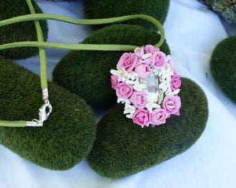 Necklace medley of roses on a Crystal cabochon