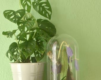 Botanische kunst. Glazen stolp met een textile wereld. Handgemaakt in Lente thema