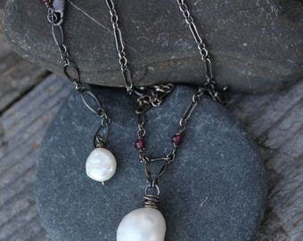 Necklace : Pearl, Sterling silver, Garnet