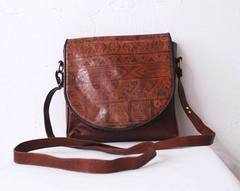 70s 80s sienna brown leather bag. distressed leather bag. cross body bag. tooled leather satchel