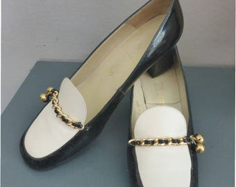 70s retro loafers. EU size 36. Black & white patent leather heels with gold chain detail and two bells. In a very good vintage condition.