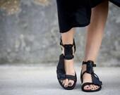Schwarze Riemchen-Sandalen, Sandalen aus Leder, schwarze Sandalen, handgemachte Sandalen, Sommer Schuhe, Sommer Wohnungen, Gladiatorensandalen, Marion