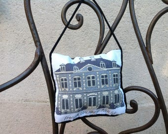 Pillow of door or embroidered stitches counted needle holders