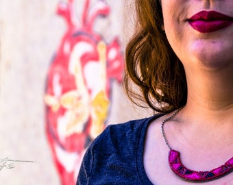 collier plastron en perles recyclage boîte à tabac rose et rouge